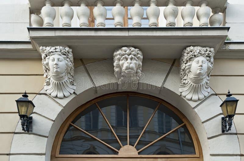 Mascarons de la façade d'olf de la vieille maison à Lviv, Ukraine images stock