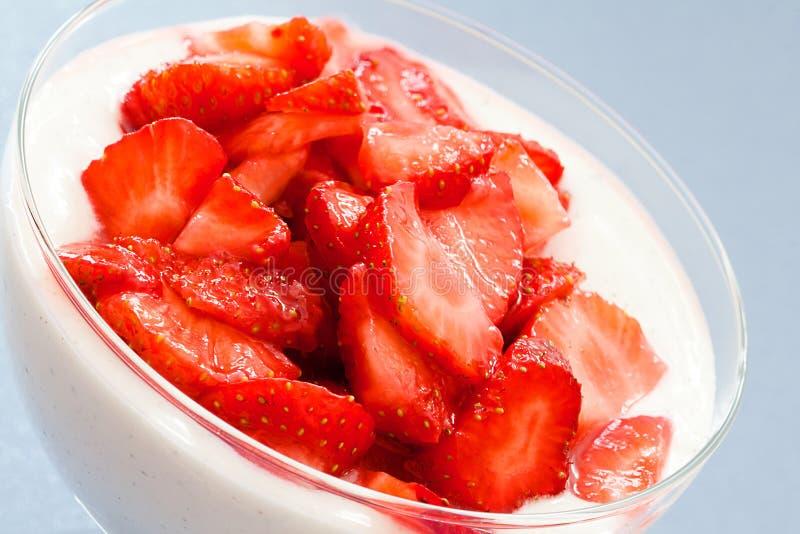Mascarpone奶油用草莓 免版税库存照片