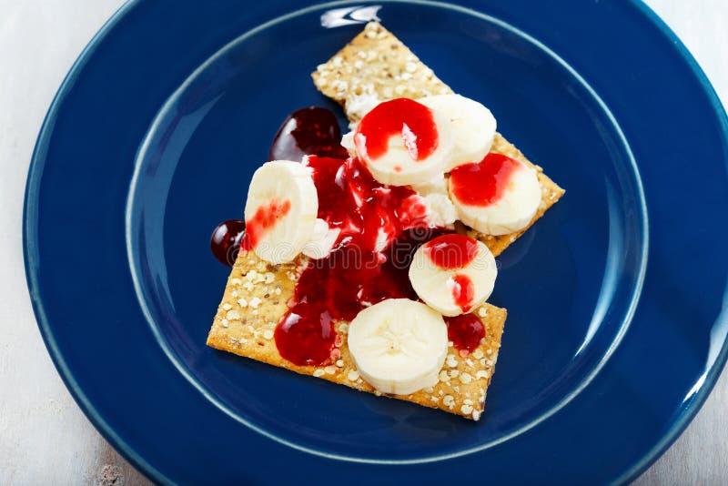 Mascarpone del queso cremoso del desmoche de la frambuesa del plátano de las galletas del postre imagenes de archivo