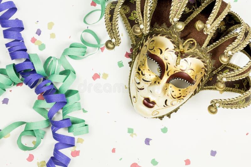 Maschera, coriandoli e fiamme veneziani di carnevale immagini stock libere da diritti