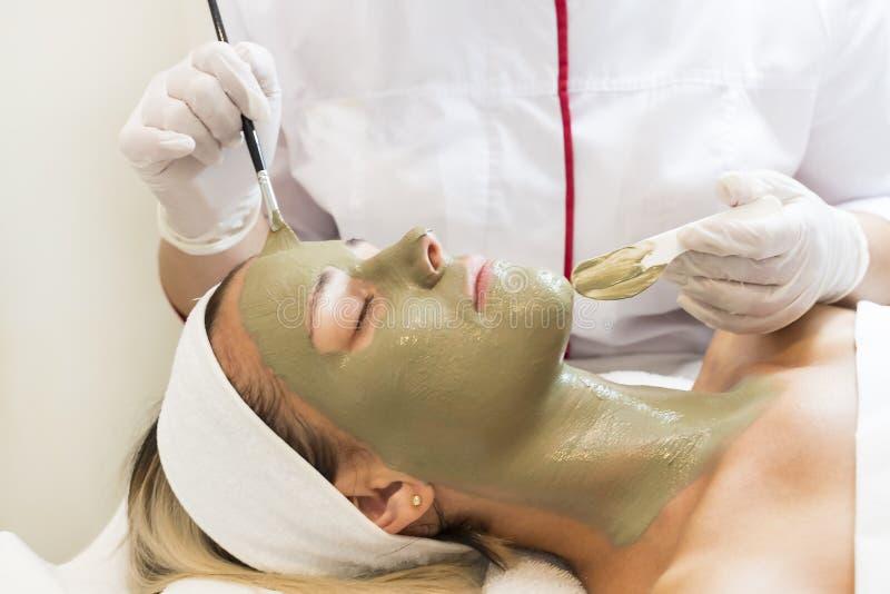 Maschera cosmetica trattata del massaggio e dei facials fotografie stock