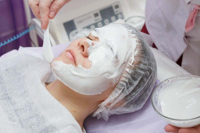 Maschera d'idratazione di Nanost dell'estetista dopo pulizia ultrasonica della pelle fotografie stock