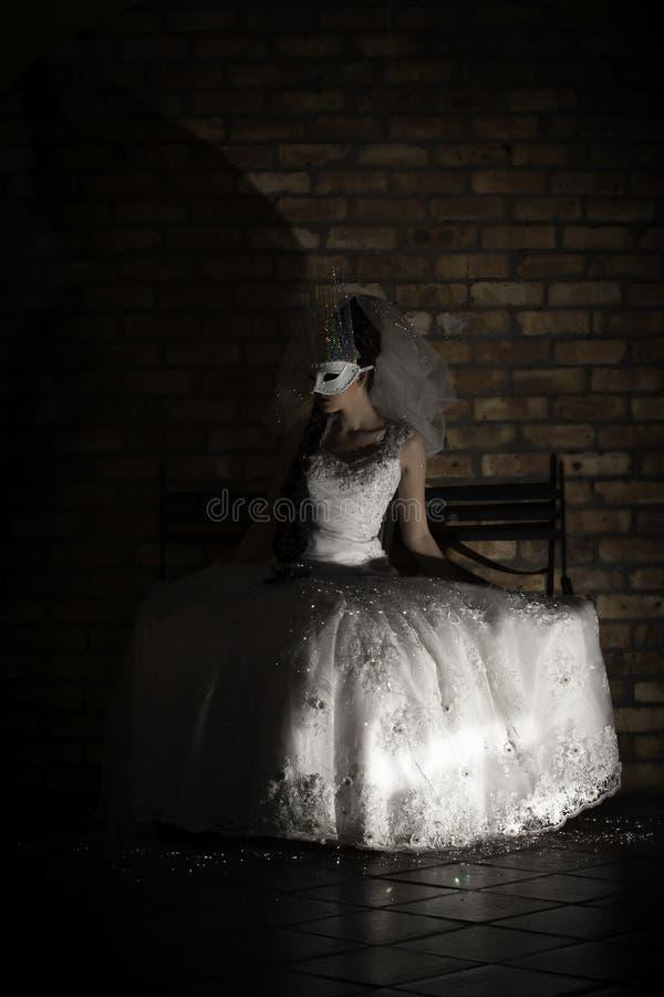 Maschera d'uso della donna di fantasia e vestito da sposa bianco fotografia stock libera da diritti