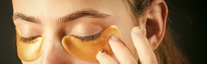 Maschera del collagene nell'ambito di colore dell'oro degli occhi dalle grinze immagini stock