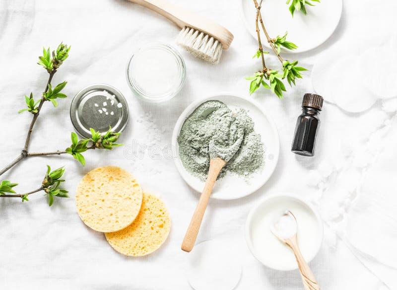 Maschera del fango del mar Morto - ingredienti dei prodotti di bellezza su fondo leggero, vista superiore Concetto di bellezza fotografia stock