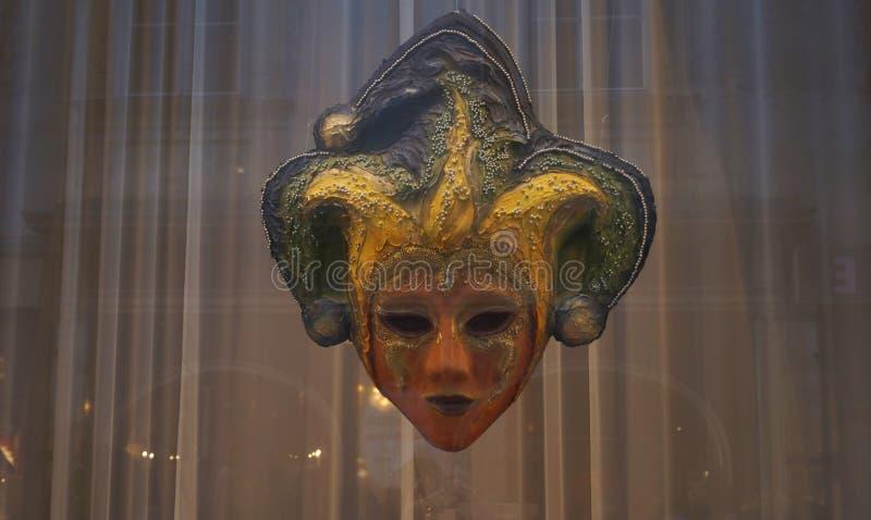 Maschera del giullare dietro il vetro fotografie stock