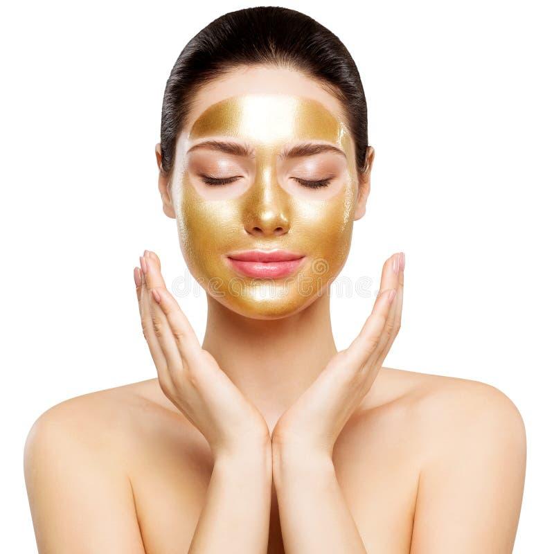 Maschera dell'oro della donna, bello modello con il cosmetico dorato della pelle, bellezza Skincare e trattamento fotografia stock