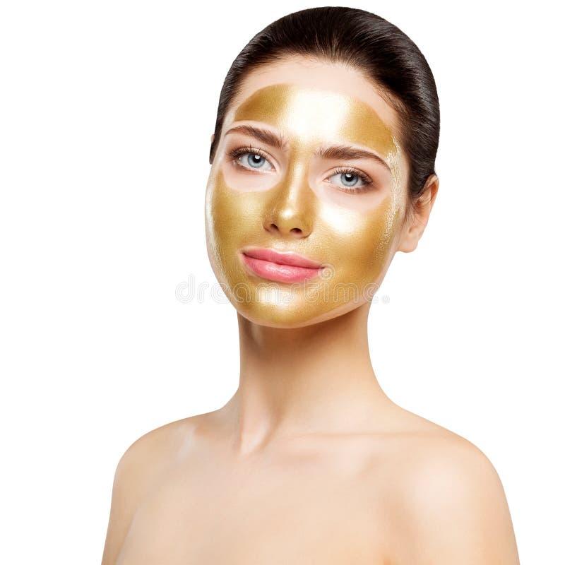 Maschera dell'oro della donna, bello modello con il cosmetico facciale dorato della pelle, bellezza Skincare e trattamento fotografia stock