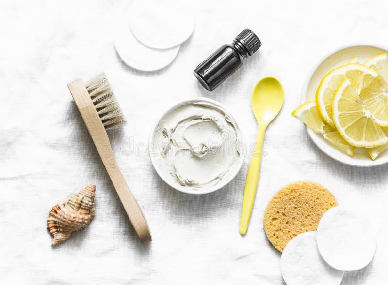 Maschera della disintossicazione dell'ascella con argilla bianca, il petrolio essenziale dell'albero del tè ed il limone su un fo immagine stock