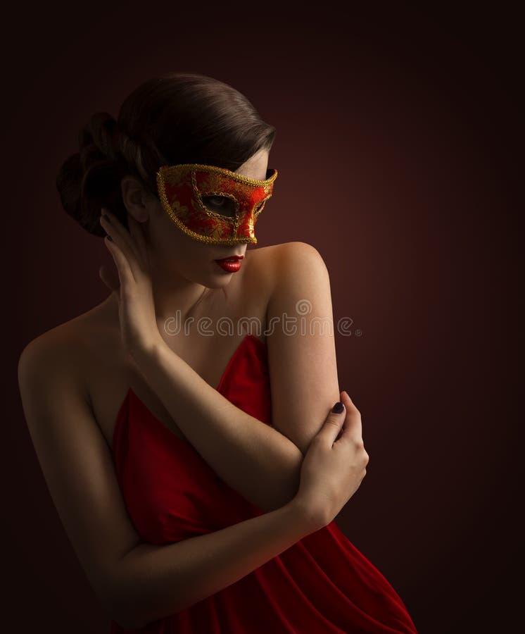 Maschera della donna, modello di moda sexy Posing nel travestimento rosso di carnevale fotografie stock