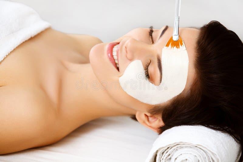 Maschera della stazione termale. Donna nel salone della stazione termale. Maschera di protezione. Clay Mask facciale. fotografie stock