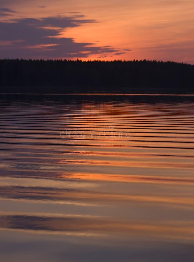 Maschera di astrazione: onde sul lago sul tramonto immagine stock