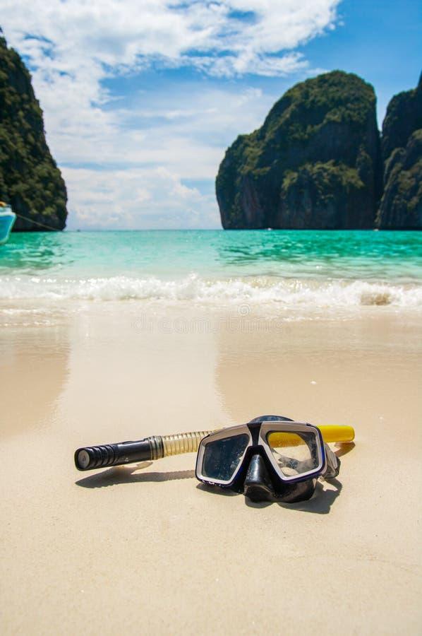 Maschera di nuoto sulla sabbia bianca sulla spiaggia, primo piano fotografia stock libera da diritti