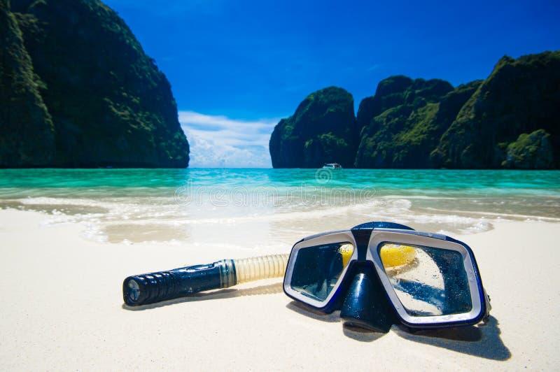 Maschera di nuoto sulla sabbia bianca sulla spiaggia, primo piano fotografie stock