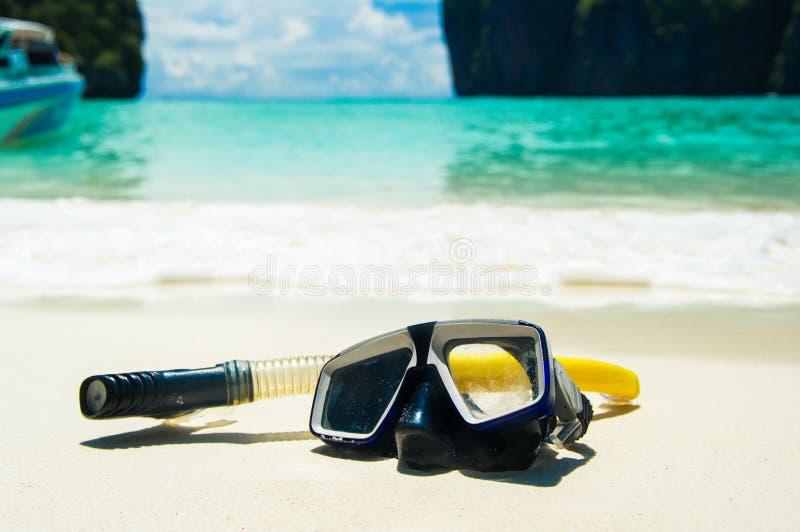Maschera di nuoto sulla sabbia bianca sulla spiaggia, primo piano immagine stock libera da diritti
