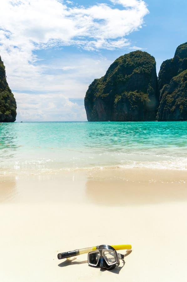 Maschera di nuoto sulla sabbia bianca sulla spiaggia, primo piano immagini stock