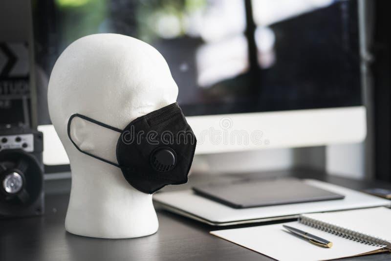 Maschera di polvere d'uso di protezione del polistirene espanso dell'esposizione della testa maschio bianca del manichino, vari t fotografia stock libera da diritti