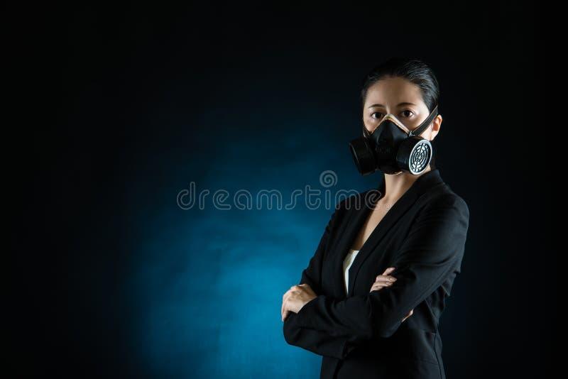 Maschera di protezione asiatica di usura di donna di affari fotografie stock libere da diritti
