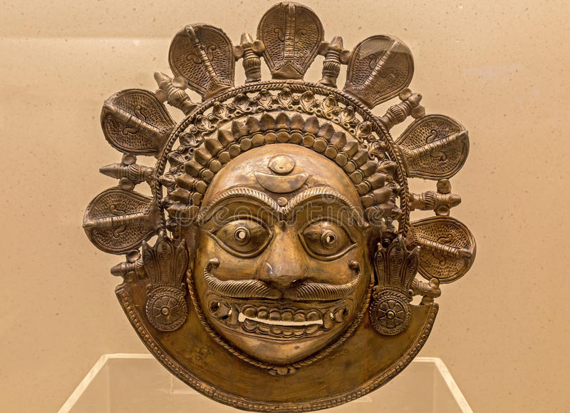 Maschera di protezione bronzea dell'indiano dalla gente piega tribale del Karnataka, India immagine stock