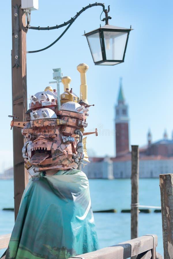Maschera dispari con le costruzioni al carnevale di Venezia immagini stock
