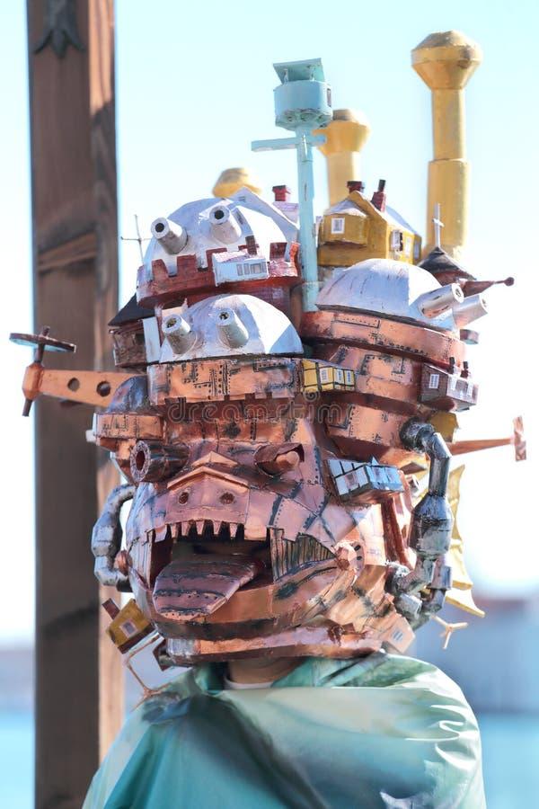 Maschera dispari con le costruzioni al carnevale di Venezia immagine stock libera da diritti