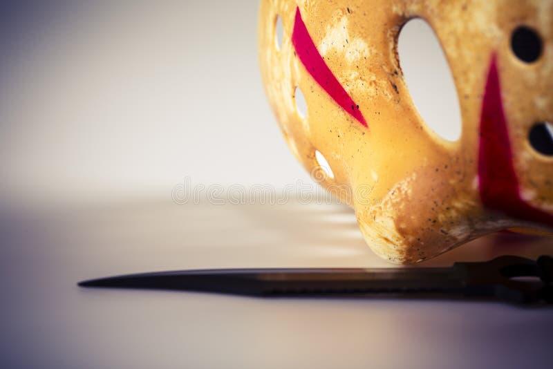 Maschera e coltello dell'assassino su bianco fotografie stock libere da diritti