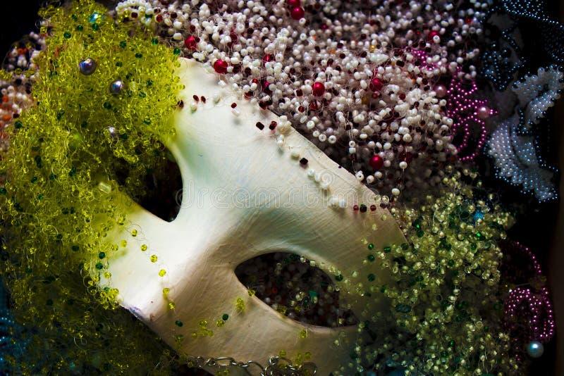 Maschera e perle fotografia stock