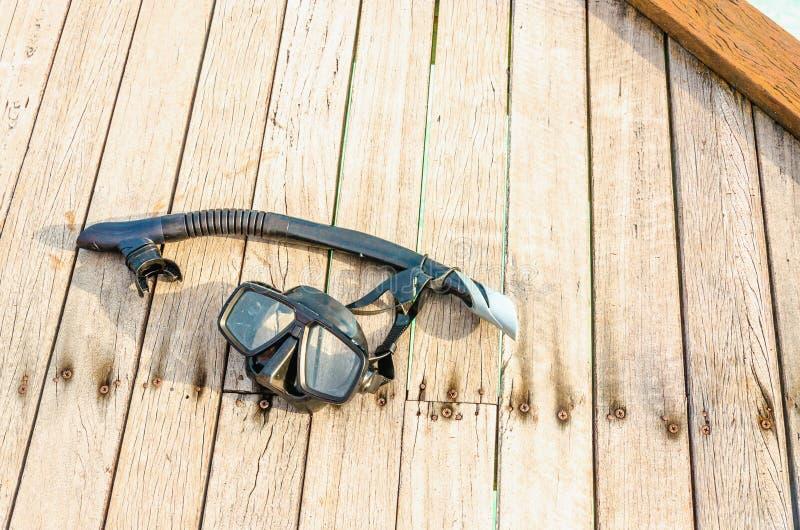 Maschera nera per immergersi su uno spo di legno fotografie stock libere da diritti