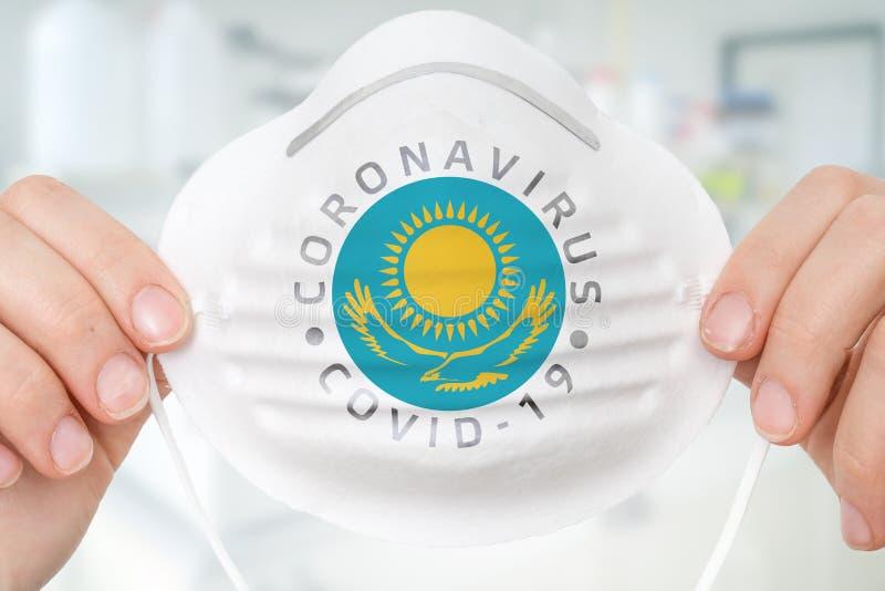 Maschera respiratrice con bandiera del Kazakstan - Coronavirus COVID-19 c fotografia stock