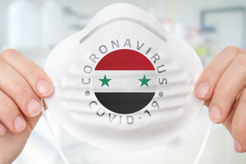 Maschera respiratrice con bandiera siriana - Coronavirus COVID-19 concep immagini stock libere da diritti