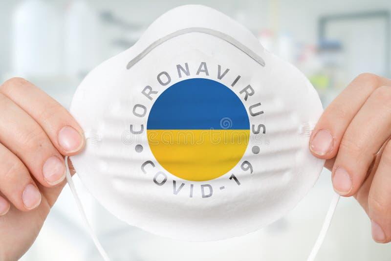 Maschera respiratrice con bandiera ucraina - Coronavirus COVID-19 conc fotografia stock libera da diritti