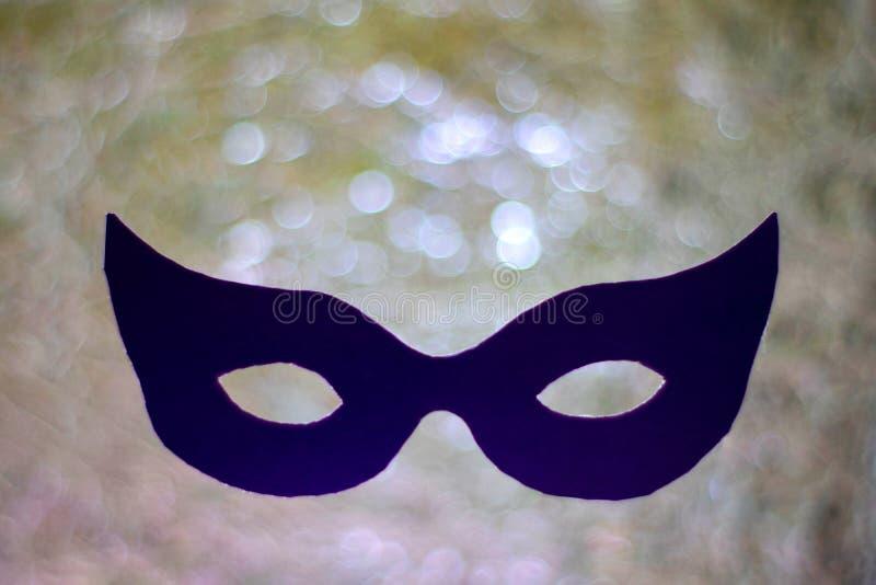 Maschera scura sul fondo d'argento del bokeh mystic Concetto di Mardi Gras fotografie stock libere da diritti