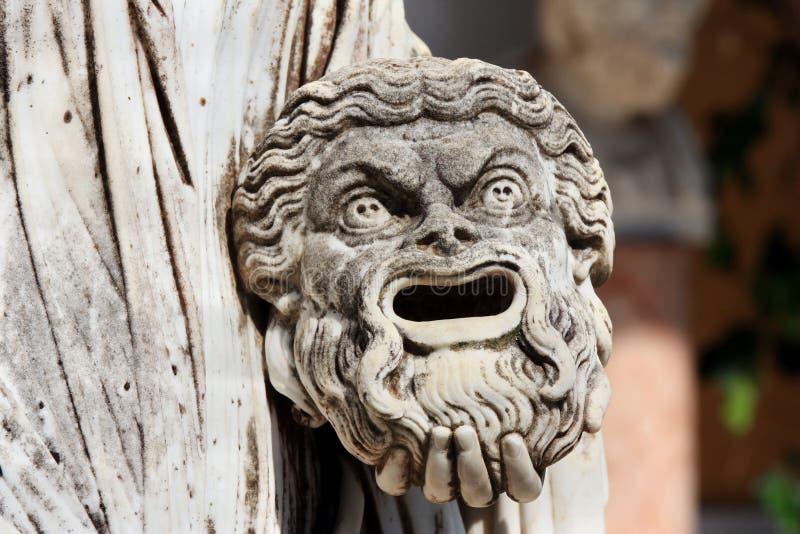 Maschera tragica a disposizione della statua greca di Melpomene, Corfù, Grecia immagine stock libera da diritti