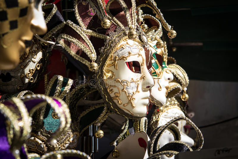 Maschere variopinte tipiche dal carnevale di Venezia immagini stock libere da diritti
