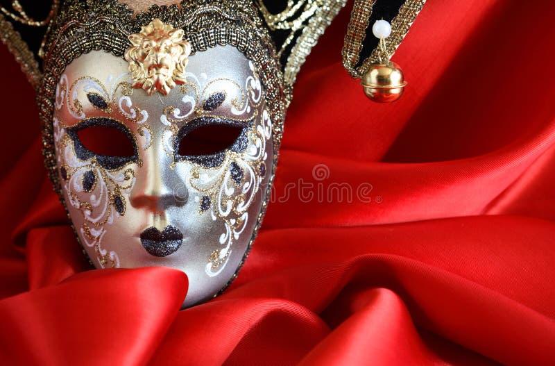 Mascherina su colore rosso fotografia stock