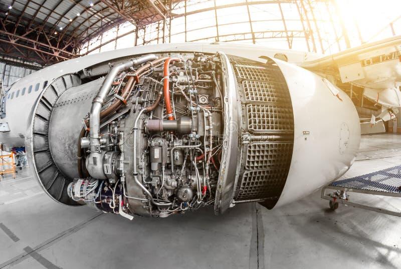 Maschine der Flugzeuge mit einer offenen Haube für Reparatur und Inspektion lizenzfreie stockbilder