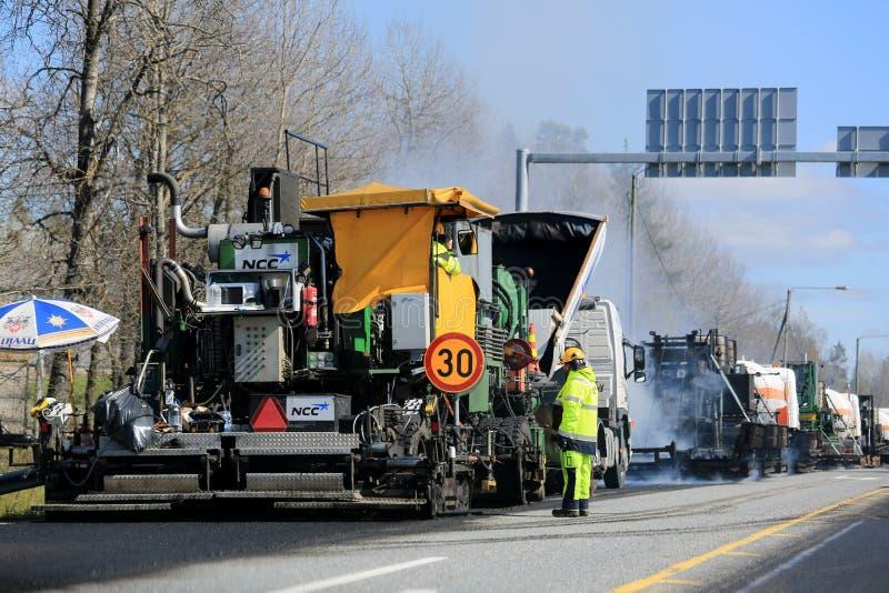 Maschine, die Asphalt Concrete an den Straßenarbeiten legt lizenzfreies stockfoto