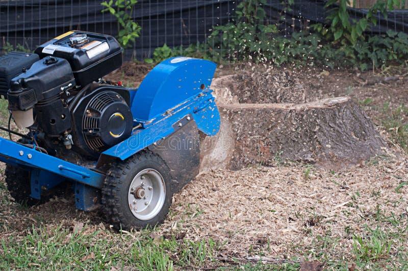 Maschine, die herauf Baum-Stumpf reibt lizenzfreie stockfotos