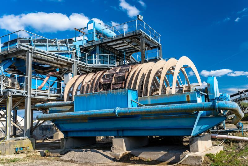 Maschine für Übertragungskies, verderben für Transportbänder auf blauem Himmel in einer industriellen Zementfabrik stockbilder