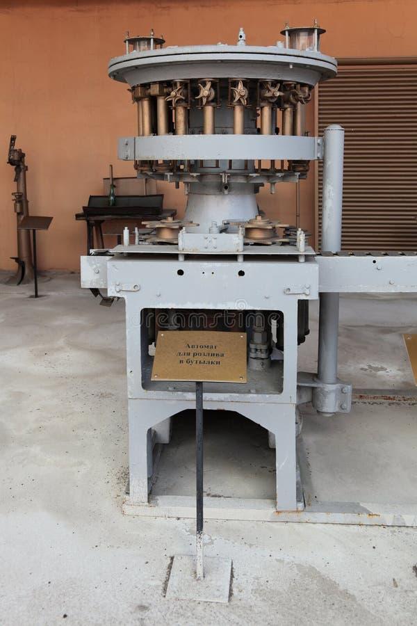 Maschine für das Füllen von Bierflaschen stockfotos