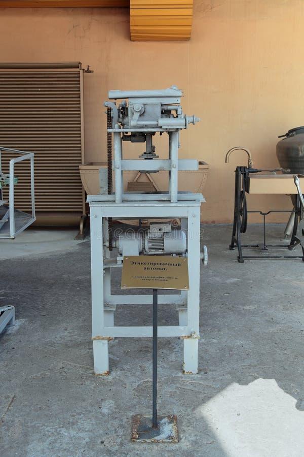 Maschine für das Kleben von Aufklebern auf Flaschen stockfotos