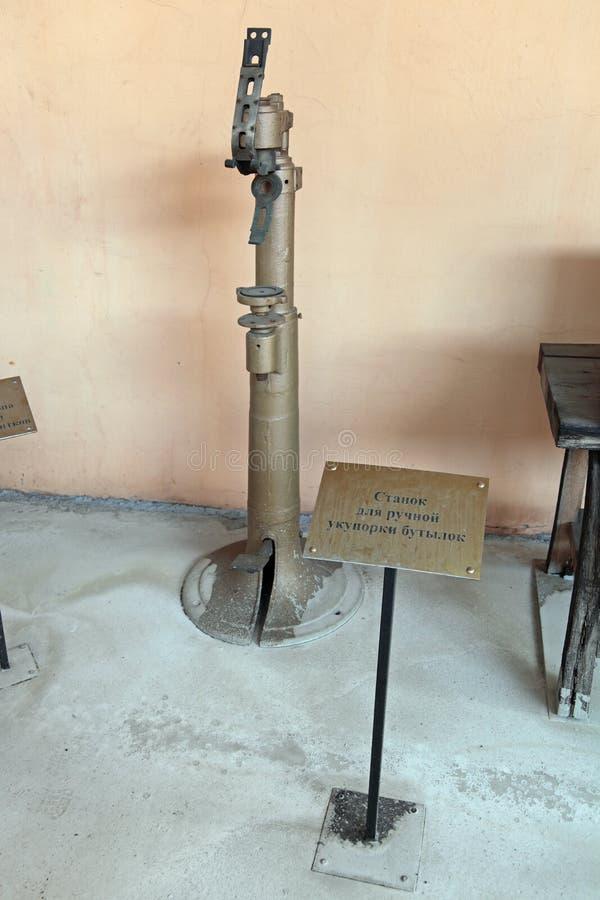 Maschine für das manuelle Mit einer Kappe bedecken von Flaschen lizenzfreie stockfotos