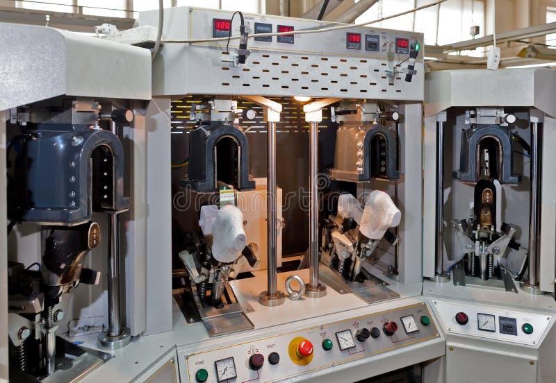 Maschine für die Produktion von Schuhen. lizenzfreie stockbilder