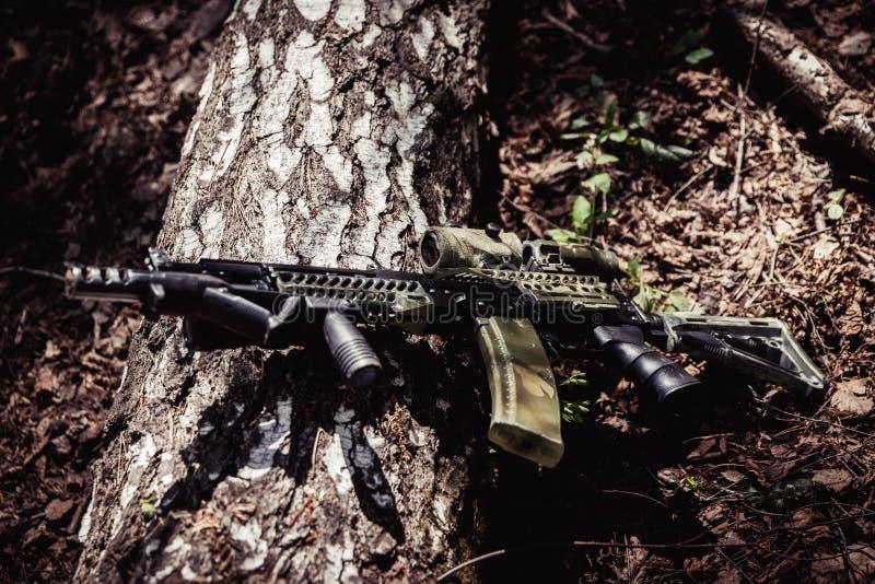 Maschine im Wald auf dem Boden stockfotografie