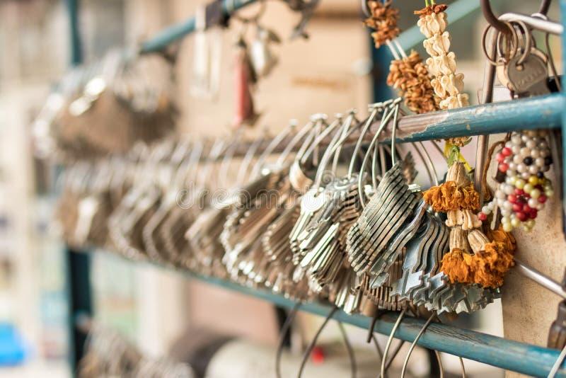 Maschinelle Herstellung von doppelten Metallschlüsseln für Türen auf der Straße von Bangkok stockbild