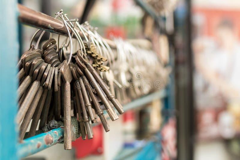 Maschinelle Herstellung von doppelten Metallschlüsseln für Türen auf der Straße von Bangkok lizenzfreies stockbild