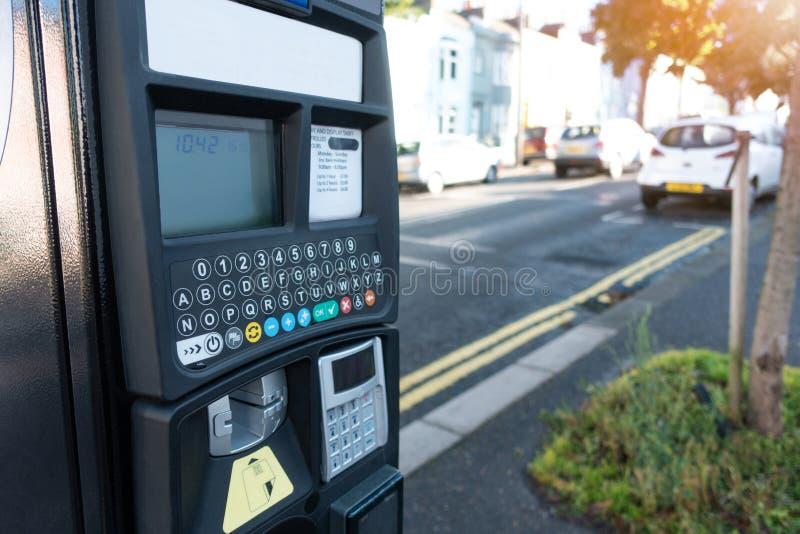 Maschinen-Kartenzahlung des elektronischen Autos parkende in den Stadtstraßen an der Brighton-Stadtstadt, Großbritannien stockfotos