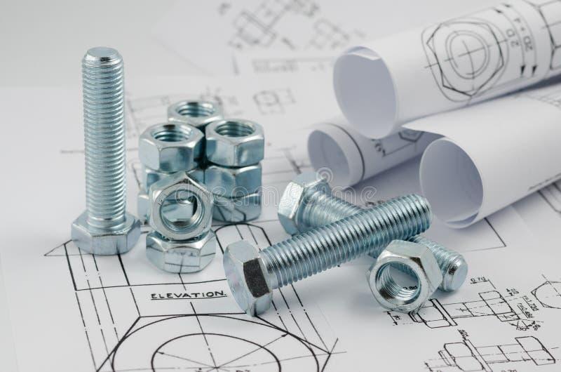 Maschinenbau-Technologie Nüsse - und - Bolzen auf Papierzeichnungen stockbild