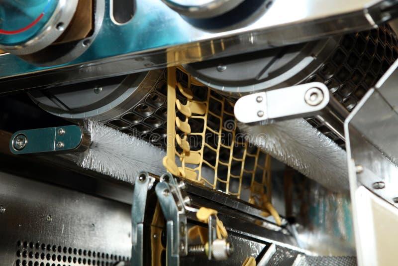 Maschinenfertigung von Gelatinekapseln Bestätigung des Maschinenmannes Produktion von Kapseln für Tabletten stockbilder