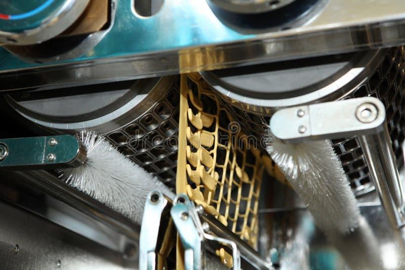Maschinenfertigung von Gelatinekapseln Bestätigung des Maschinenmannes Produktion von Kapseln für Tabletten stockbild